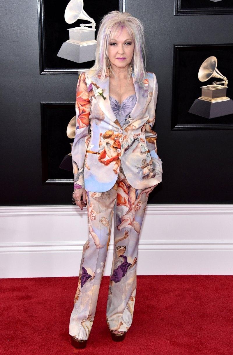 """Nữ ca sĩ gạo cội Cindy Lauper - chủ nhân bản hit """"Girls Just Wanna Have Fun"""" của thập niên 80 - vẫn luôn biết cách khiến mọi người phải ngưỡng mộ. Bà chọn mặc một bộ suit in họa tiết ấn tượng của Moschino tại Grammy năm nay."""