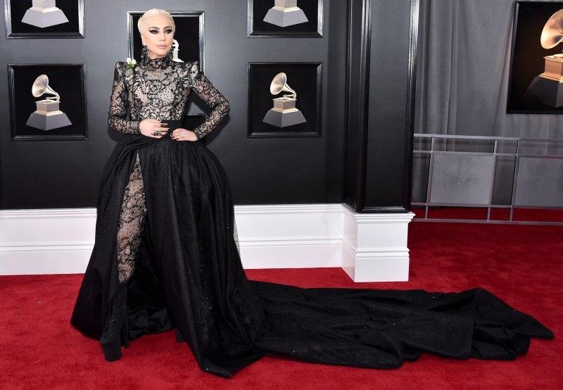 Lady Gaga mặc một thiết kế couture của Armani Prive cùng với nữ trang Lorraine Schwartz.