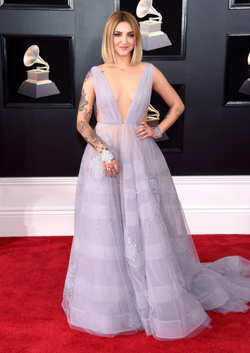 """Nữ ca sĩ 24 tuổi, chủ nhân hit bự """"Issues"""" trong năm 2017, Julia Michaels mặc thiết kế đầm màu tím nhạt của Paolo Sebastian cùng nữ trang của Chopard."""