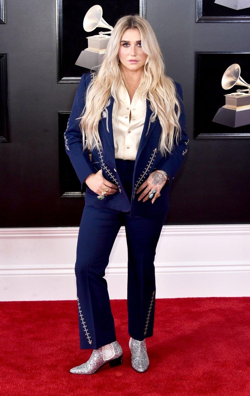 """Kesha mặc bộ trang phục mang đậm phong cách cowboy, """"chơi trội"""" với đôi boots lấp lánh vô cùng bắt mắt."""