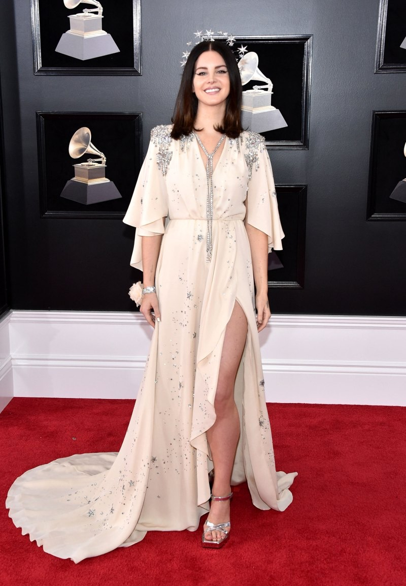 """""""Nữ hoàng"""" của dòng nhạc dream-pop Lana Del Rey mặc bộ trang phục """"hàng thửa"""" của Gucci, nổi bật với thiết kế phụ kiện cho tóc mơ màng và lãng mạn."""