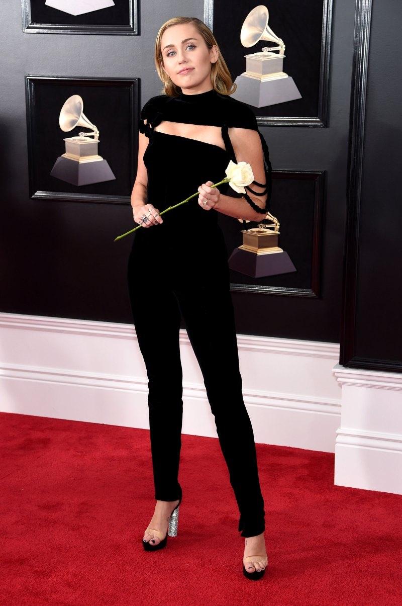 Miley Cyrus khoe chân dài miên man trong bộ đồ jumpsuit của Jean Paul Gaultier.