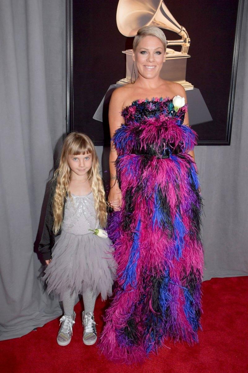 Pink và con gái Willow trên thảm đỏ Grammy năm nay. Pink mặc một thiết kế của Armani Prive, cài một bông hoa hồng trắng, ủng hộ hoạt động của tổ chức Time's Up.