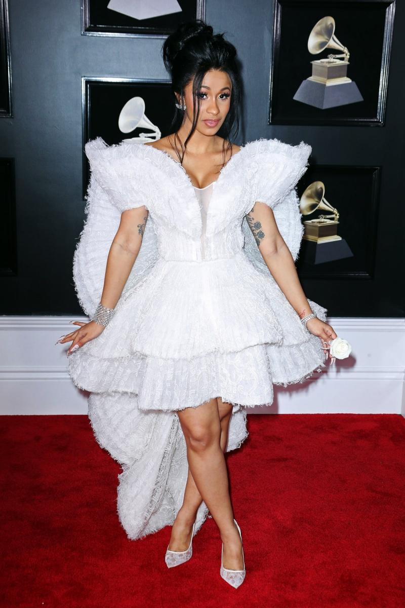 Nữ rapper đang lên, Cardi B, mặc đầm trắng bồng bềnh của Ashi Studio cùng giày Christian Louboutin.