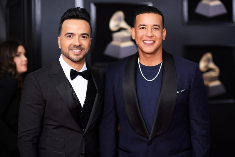 """Chủ nhân của đề cử Bài hát của năm """"Despacito"""" Luis Fonsi (trái) và Daddy Yankee lịch lãm trên thảm đỏ Grammy."""