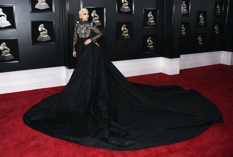 """Đây là một thiết kế vô cùng """"tốn diện tích"""" nhưng đã giúp Lady Gaga tỏa sáng tuyệt đối trên thảm đỏ trong đêm trao giải Grammy lần thứ 60."""