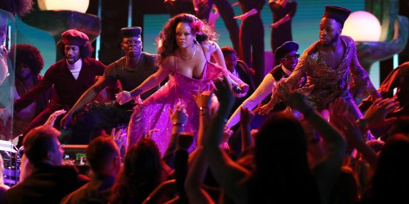"""Rihanna đã mang đến một màn trình diễn vô cùng mãn nhãn cùng những vũ công và DJ Khaled, Bryson Tiller với ca khúc """"Wild Thoughts""""."""