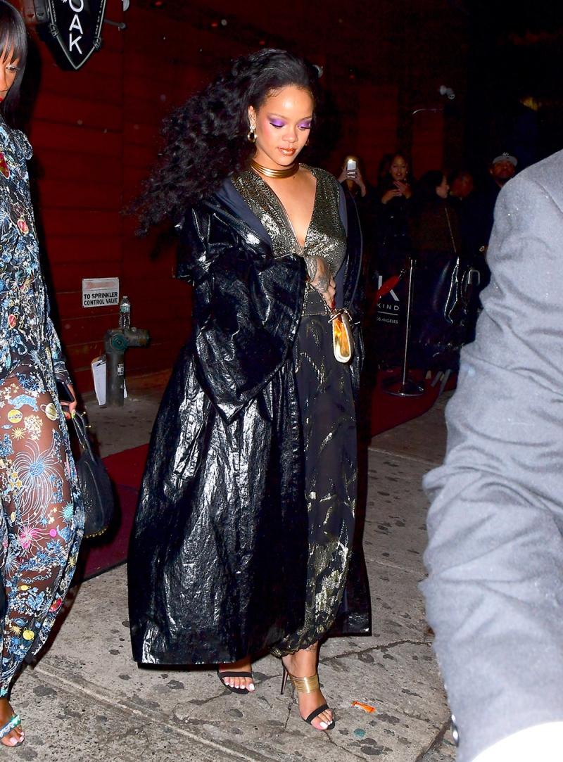 Rihanna rời khỏi bữa tiệc vào lúc 4:30 sáng với chiếc áo khoác dài bằng da bóng để giữ ấm vì thời tiết ở New York lúc này khá lạnh.