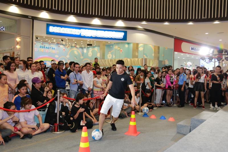 Rất nhiều bạn trẻ đã tham gia tích cực vào những trò chơi trong chương trình.
