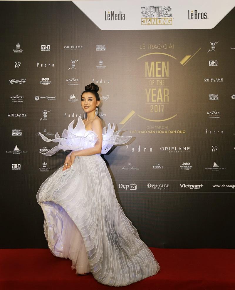 Nữ ca sỹ Tiêu Châu Như Quỳnh xuất hiện lộng lẫy với bộ váy gắn 3000 bóng đèn led do nhà thiết kế Nguyễn Tiến Truyển làm riêng cho cô