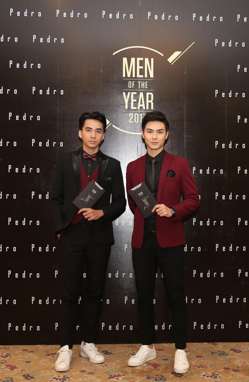 Hai thành viên nhóm nhạc NOBB (từ trái qua: 1Dee và Jay Quân) chọn trang phục đỏ - đen phối cùng giày trắng.