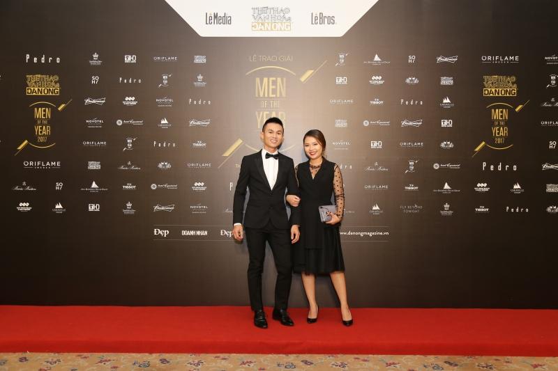 """""""Phượt thủ"""" Tâm Bùi (trái) cũng là một trong ba cái tên được nhận giải """"Wanderer of the Year"""" tại Men of the Year 2017."""