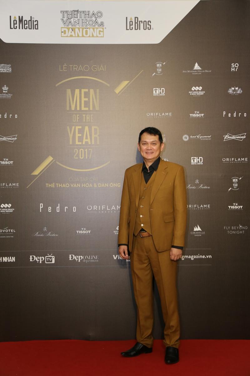 """""""Icon of the Year"""" NSƯT Hữu Châu gần gũi và thân thiện với bộ trang phục mang tông màu earthy."""