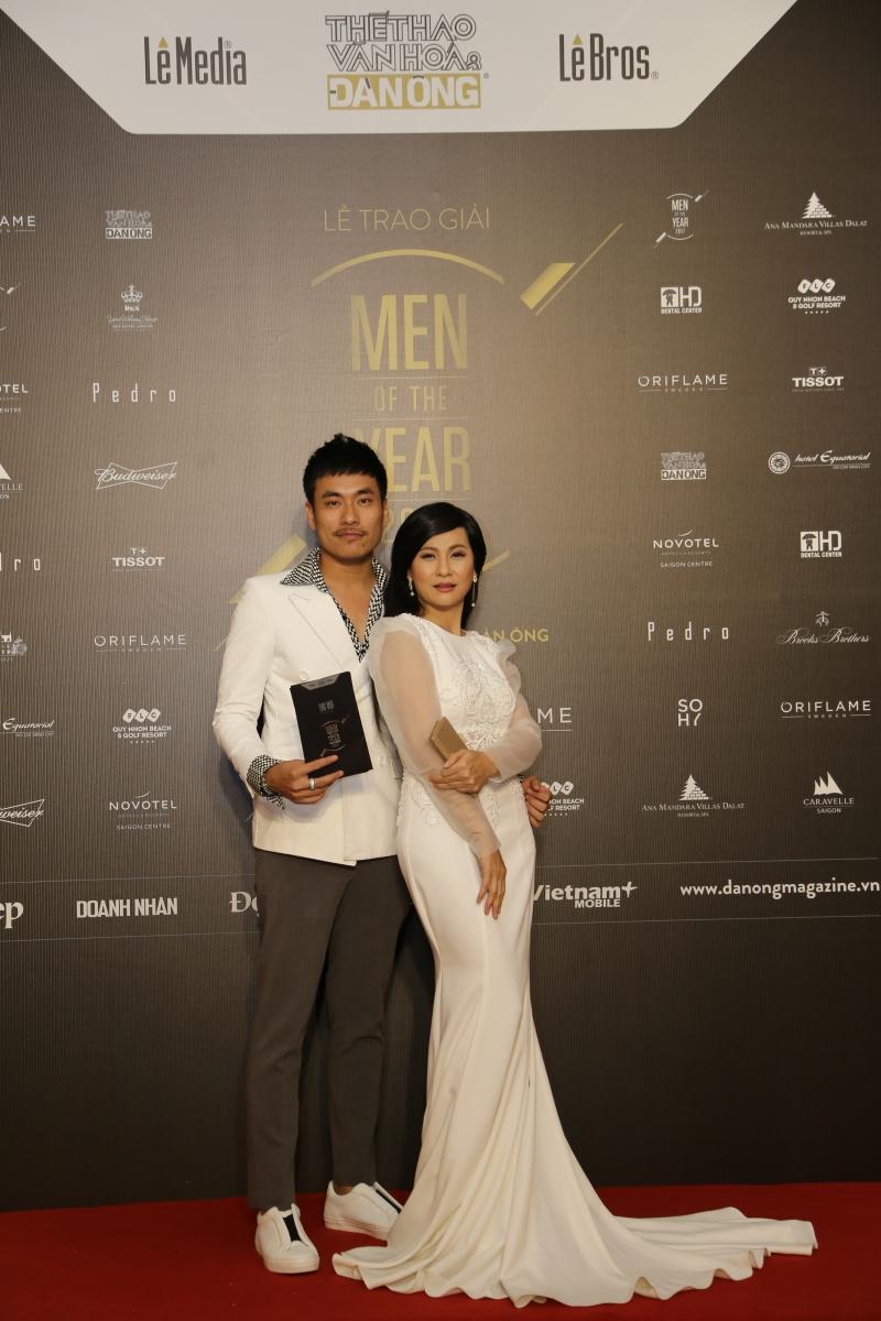 """Cặp đôi Kiêu Minh Tuấn - Cát Phượng """"ton-sur-ton"""" trên thảm đỏ Men of the Year 2017."""