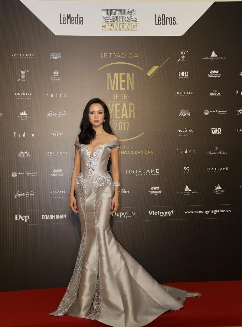 Nữ diễn viên Vũ Ngọc Anh gợi cảm và quyến rũ trong thiết kế đầm đuôi cá ánh kim.