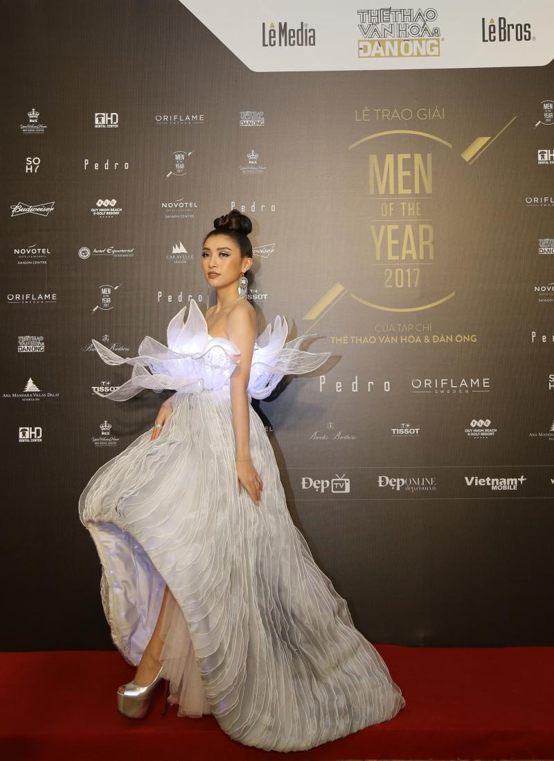 Ca sĩ Tiêu Châu Như Quỳnh diện một thiết kế đầm kỳ công với đèn LED lạ mắt.