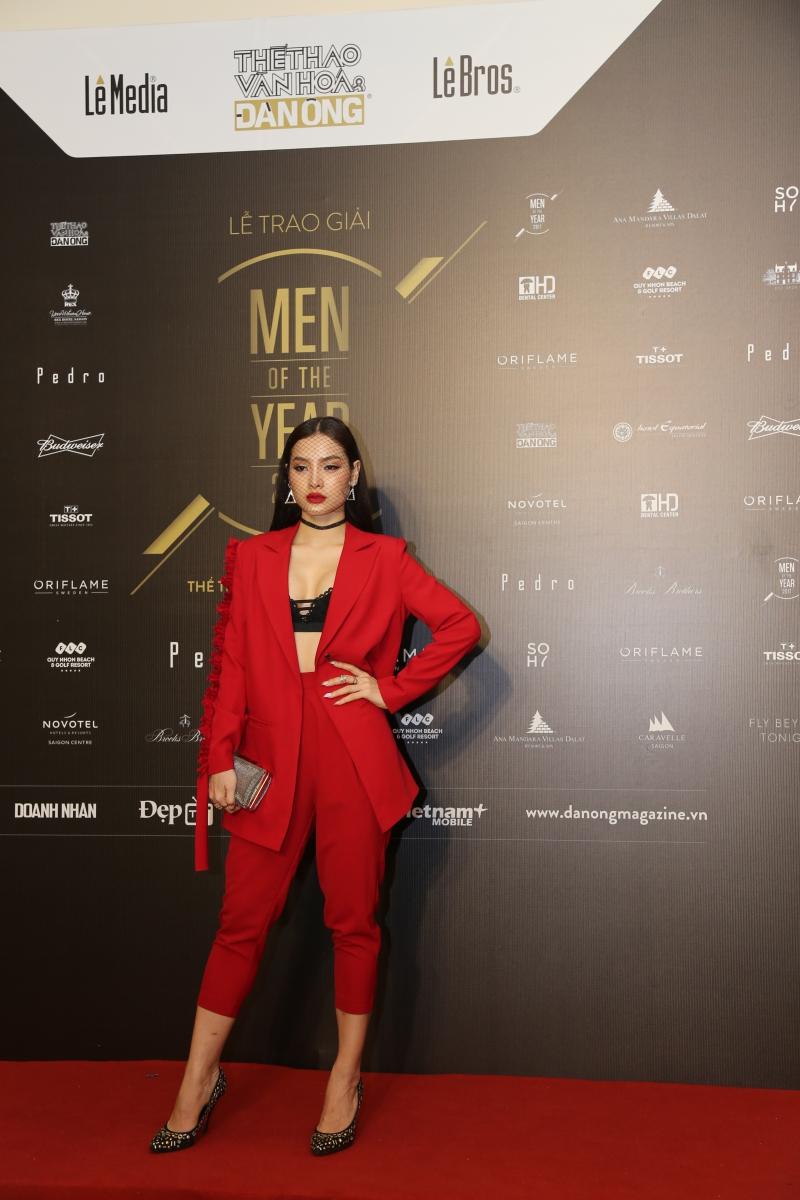 Ca sĩ Phương Trinh Jolie nổi bật với bộ suit màu đỏ thể hiện nét riêng.