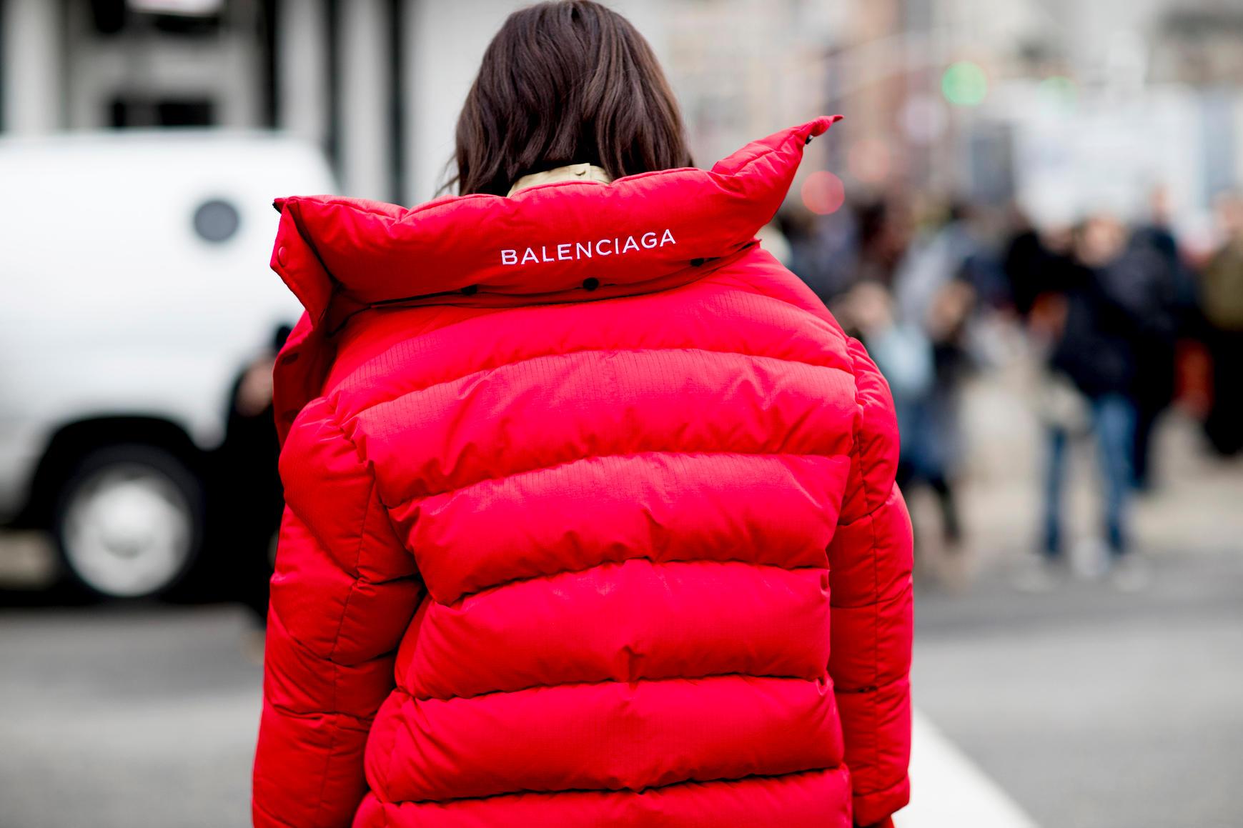 """Balenciaga chưa hề tỏ ra có dấu hiệu giảm nhiệt. Thương hiệu của giám đốc sáng tạo Demna Gvasalia chính là cái tên """"hot"""" nhất của năm 2017."""