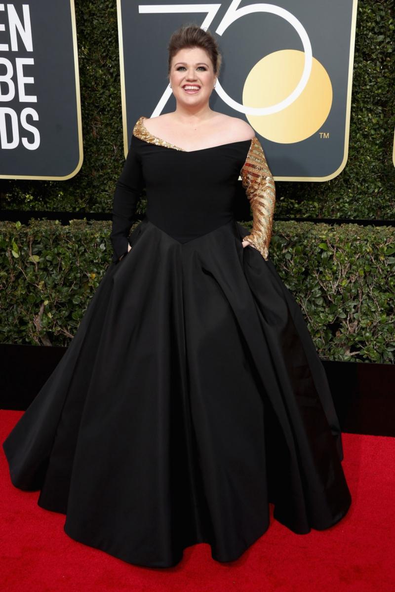 """""""Thần tượng âm nhạc Mỹ"""" Kelly Clarkson rạng rỡ với thiết kế độc đáo cho sự kiện đặc biệt này. NTK Christian Siriano đã làm riêng chiếc đầm tuyệt đẹp với phần tay áo bên trái được biến tấu một cách sáng tạo."""