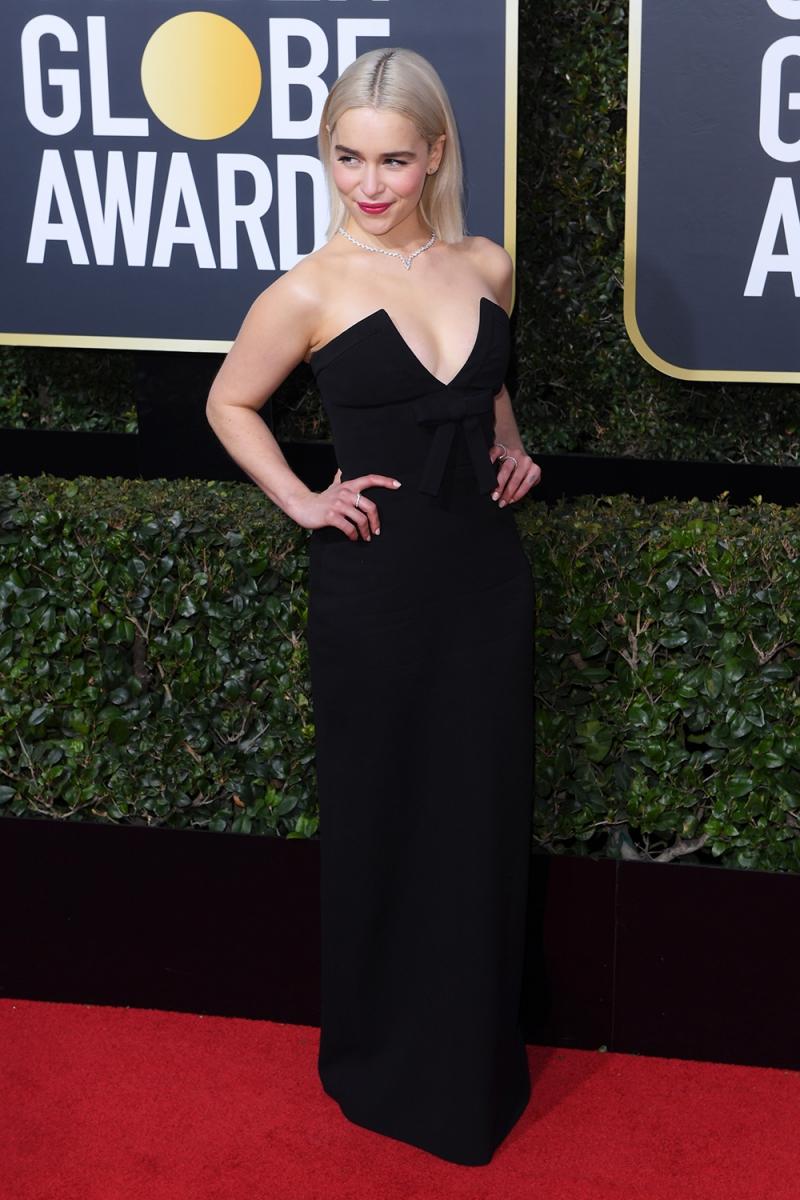 """""""Mẹ rồng"""" Emilia Clarke nổi bật với mái tóc vàng óng ả trong thiết kế của Miu Miu."""
