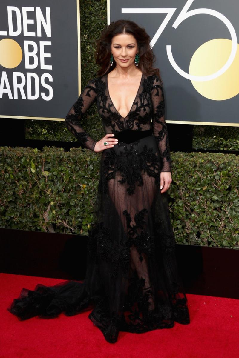 Catherine Zeta Jones gợi cảm ở tuổi 48 với chiếc đầm xuyên thấu cổ khoét sâu của Zuhair Murad.