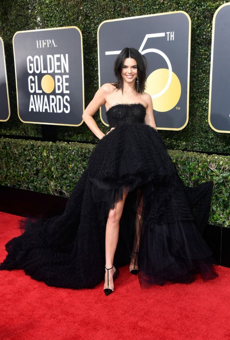 "Kendall Jenner ""đen toàn tập"" với thiết kế couture từ nhà mốt Giambattista Valli."