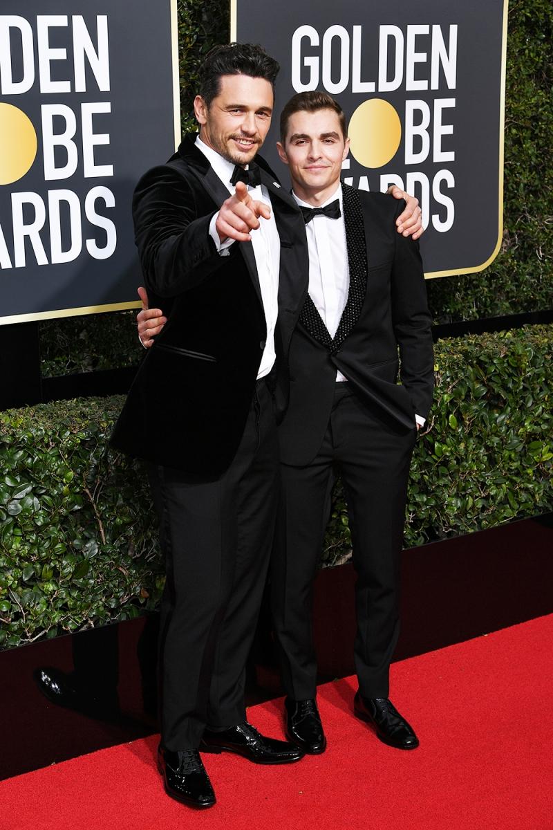 Hai anh em James Franco (trái) và Dave Franco (phải, mặc trang phục Saint Laurent) đồng hành cùng nhau trên thảm đỏ Quả cầu Vàng 2018.