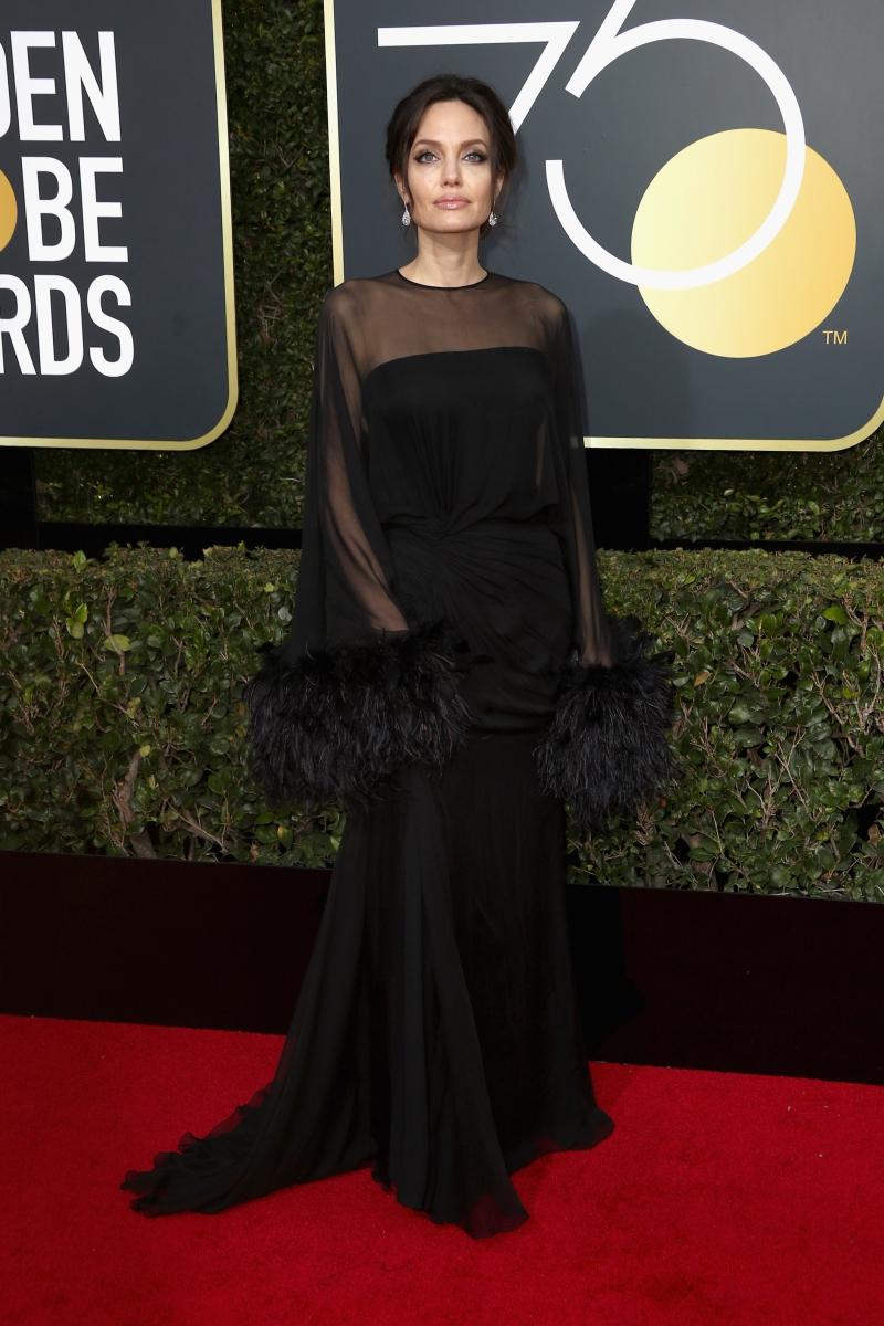 Angelina Jolie xuất hiện trong thiết kế cao cấp của Atelier Versace. Với sự kết hợp nhiều chất liệu khác nhau, bộ trang phục giúp Angelina Jolie tạo sự thu hút bởi vẻ quyền uy và bí ẩn.
