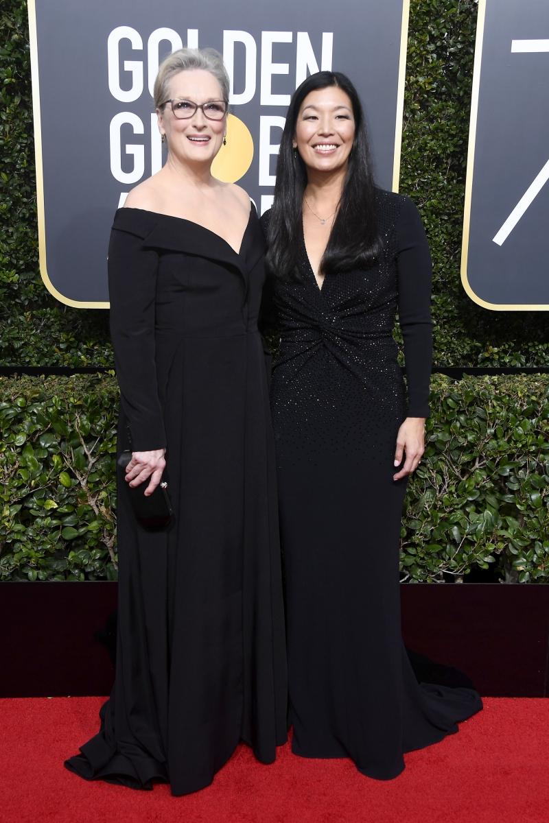 Meryl Streep (trái) cũng ủng hộ hoạt động của tổ chức Time's Up khi xuất hiện trong thiết kế của Vera Wang. Bà tới dự Lễ trao giải Quả cầu Vàng 2018 cùng nhà hoạt động xã hội Ai-jen Poo (phải).