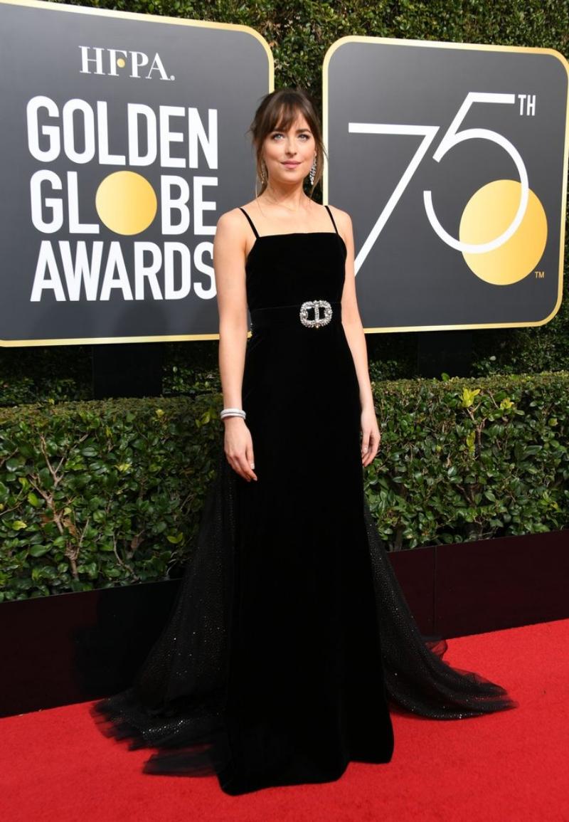 """Mỹ nhân của """"50 Sắc thái"""" Dakota Johnson chọn mặc thiết kế đầm nhung đen tuyệt đẹp trong BST Chớm Thu 2018 của Gucci."""