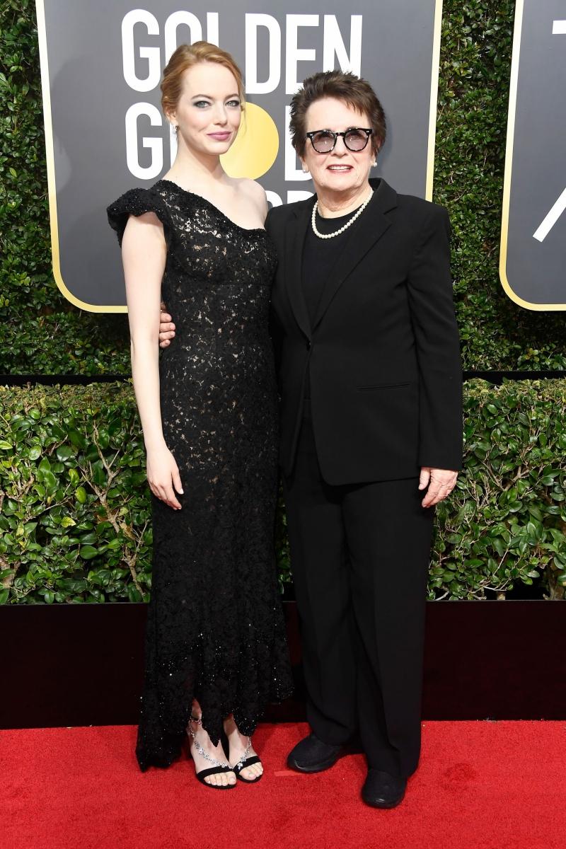 """Emma Stone tới dự Quả cầu Vàng 2018 trong thiết kế của Louis Vuitton, cùng Billie Jean King, tay vợt nữ người Mỹ đã làm nên lịch sử. Emma Stone đóng vai Billie trong bộ phim """"Battle of the Sexes"""" và nhận được đề cử tại giải Quả cầu Vàng lần này."""