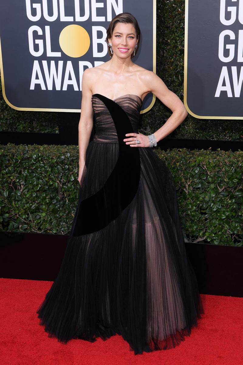 Nữ diễn viên Jessica Biel mặc đầm couture của Dior với hình trăng lưỡi liềm chạy dài thân váy rất lãng mạn và sang trọng.