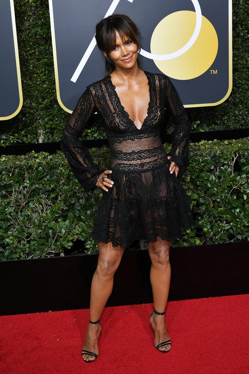 Ở tuổi 51, Halle Berry vẫn luôn khiến cho những người phụ nữ khác ngưỡng mộ bởi vóc dáng không chê vào đâu được. Cô mặc thiết kế của Zuhair Murad cùng giày Jimmy Choo.