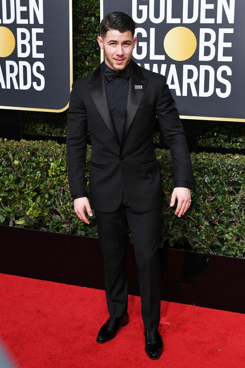 Nick Jonas cũng nằm trong danh sách những sao nam mặc màu đen, ủng hộ cho hoạt động của tổ chức Time's Up. Anh mặc thiết kế của Versace.