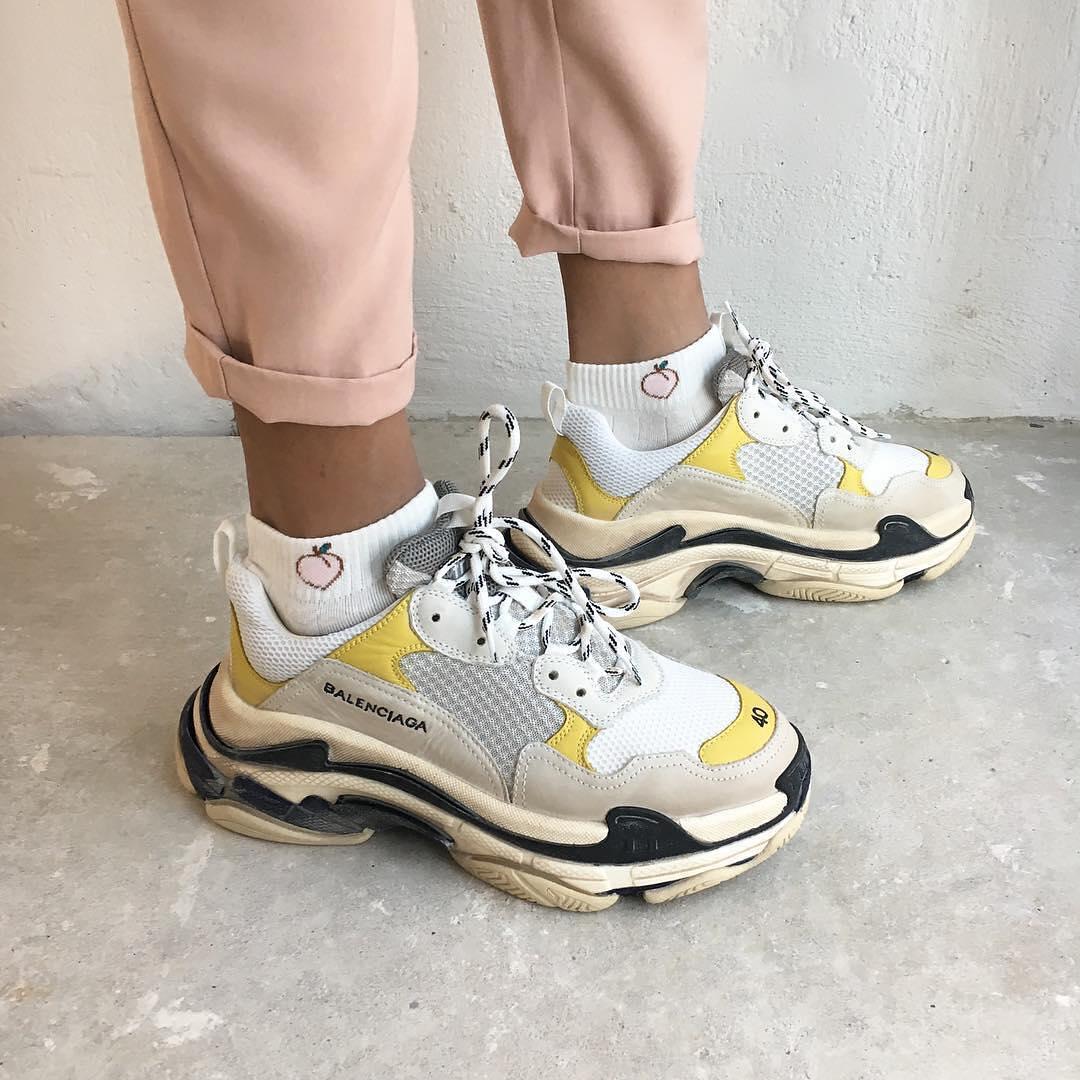 Balenciaga cũng là một trong những nhà mốt đầu tiên khởi xướng trào lưu sneakers ông già - hứa hẹn sẽ là xu hướng mới nhất của đầu năm 2018.
