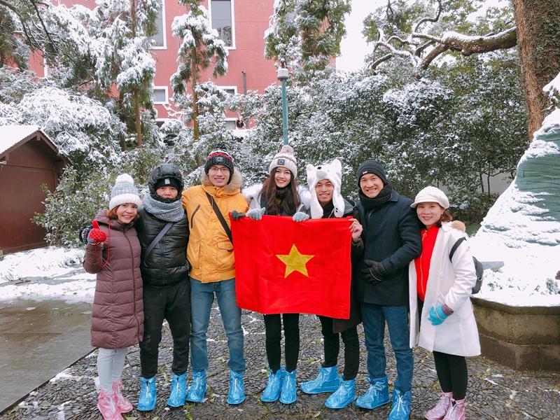 Dù thời tiết khắc nghiệt nhưng vẫn không ngăn được tinh thần của người đẹp và các thành viên trong đoàn Việt Nam
