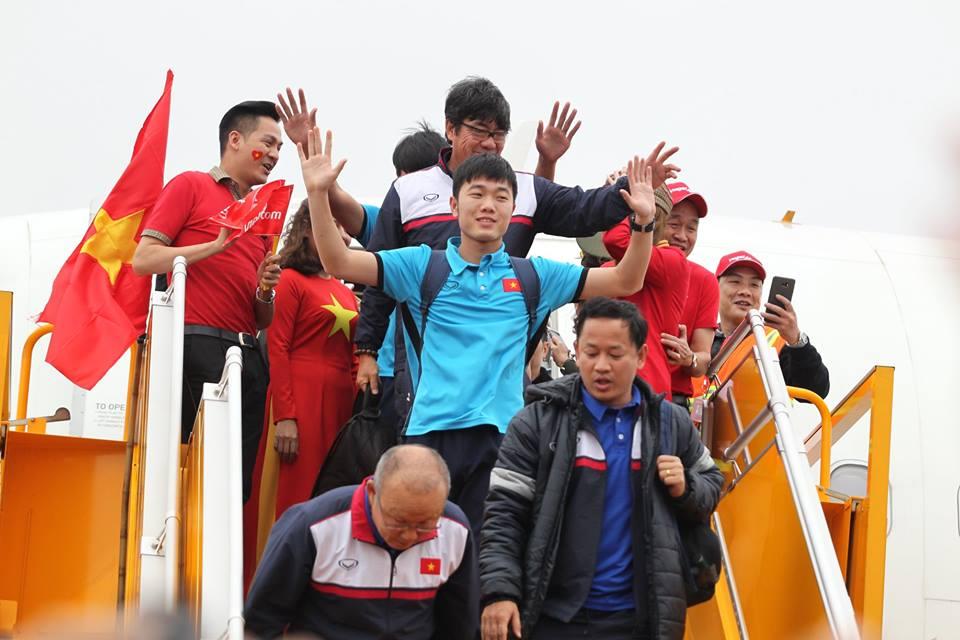 Biển người hâm mộ chào đón các tuyển thủ U23 trở về