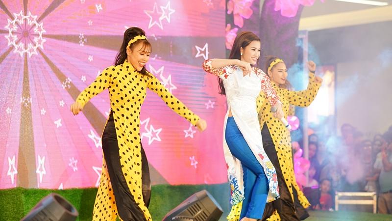 Đông Nhi cùng loạt sao Việt nhộn nhịp dự khai trương Vạn Hạnh Mall