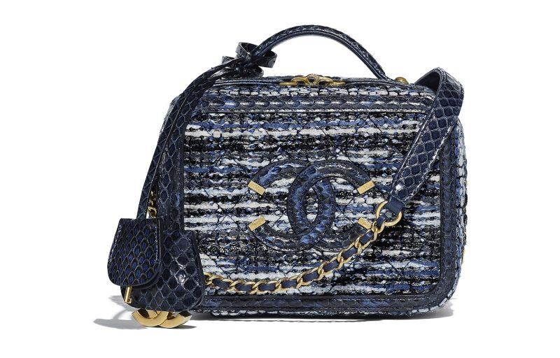 Túi hộp của Chanel bằng vải tweed phối cùng chất liệu da trăn trên tông màu xanh denim trẻ trung.