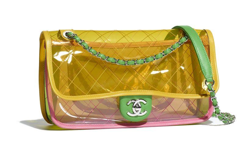 """Những thiết kế túi xách có nắp cài đình đám của Chanel được """"khoác"""" lên mình hình ảnh mới mẻ với chất liệu nhựa trong suốt."""