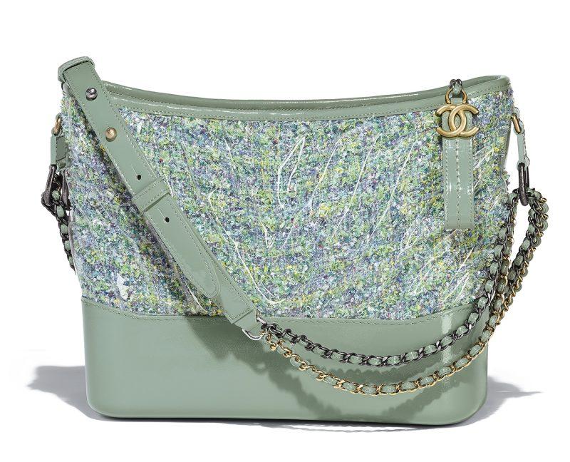 Túi xách Gabrielle Chanel với chất liệu tweed đình đám trên tông màu xanh bạc hà mát mắt.