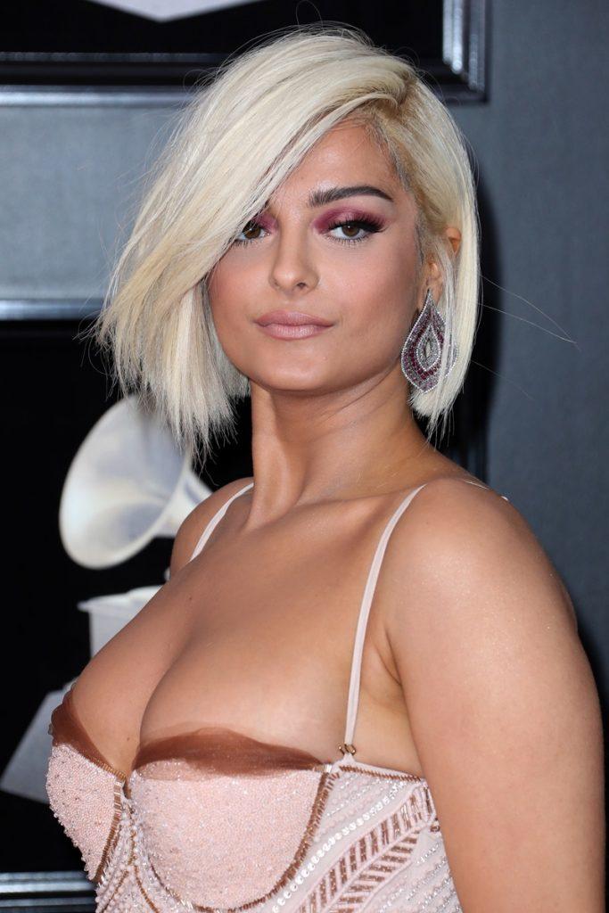 Nữ ca sỹ Bebe Rexha lại chọn kiểu mái xéo để làm mới mái tóc bob thường ngày