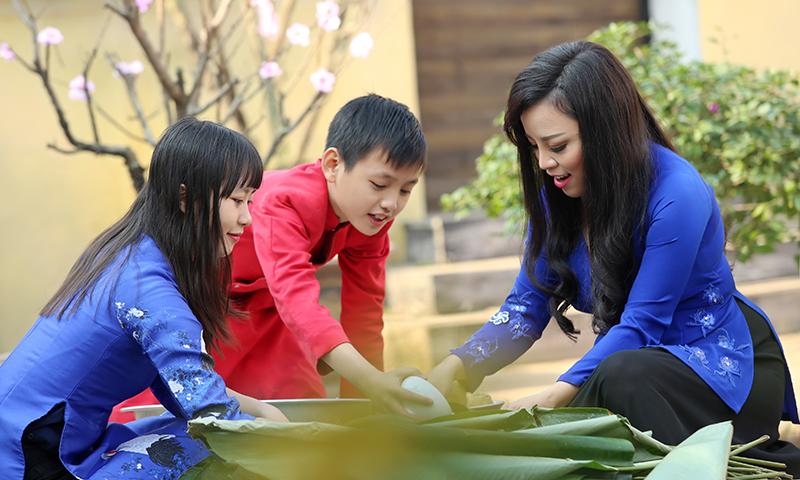 Quây quần gói bánh chưng là hình ảnh thân thương ngày Tết của nhiều gia đình Việt.
