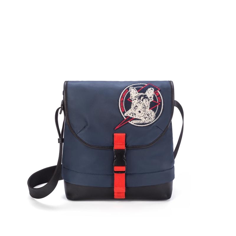 Túi đeo chéo năng động, phù hợp với phong cách trẻ trung, khỏe khoắn của Emporio Armani.