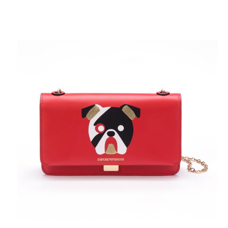 Cho những buổi tiệc tối sang trọng, có thể lựa chọn chiếc ví cầm tay màu đỏ tạo điểm nhấn hoàn hảo cho tổng thể trang phục.