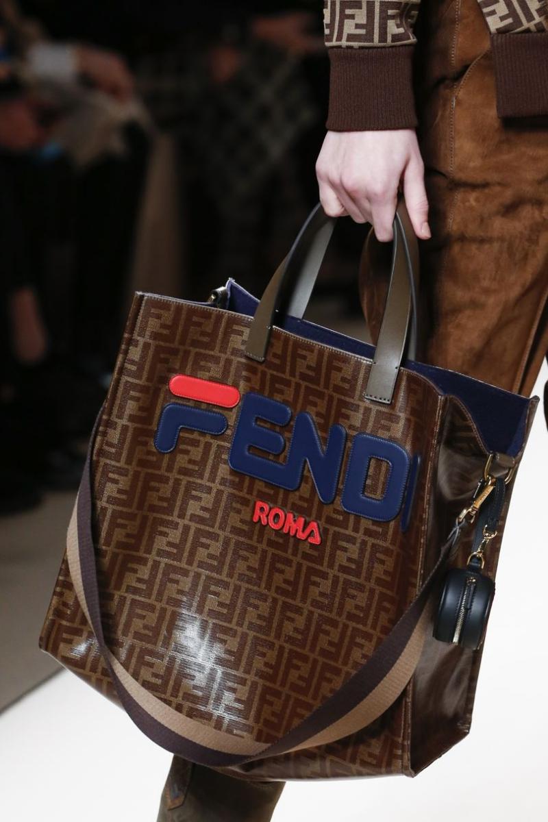 Logo mới của Fendi nổi bật trên nền monogram quen thuộc trong một thiết kế túi xách.