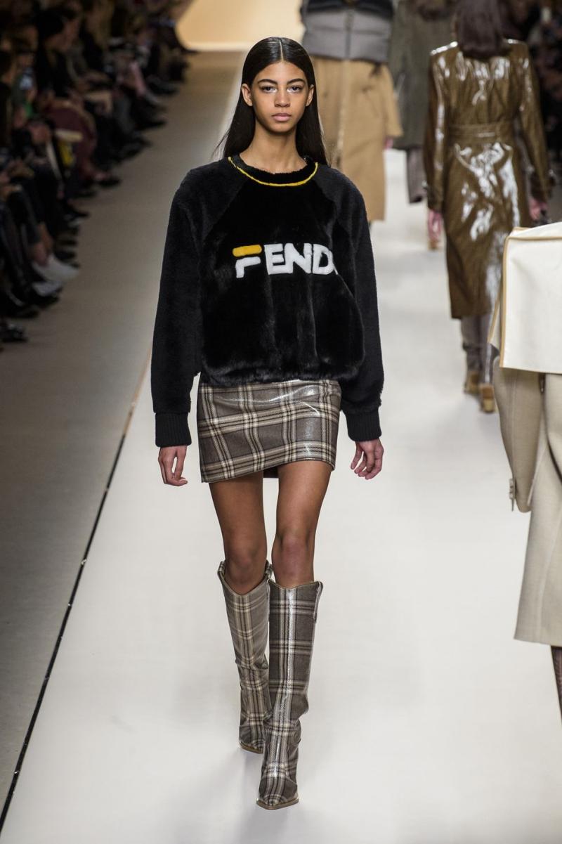 Logo mới của Fendi đã gây sự chú ý đối với giới mộ điệu ngay khi lộ diện trên sàn catwalk.