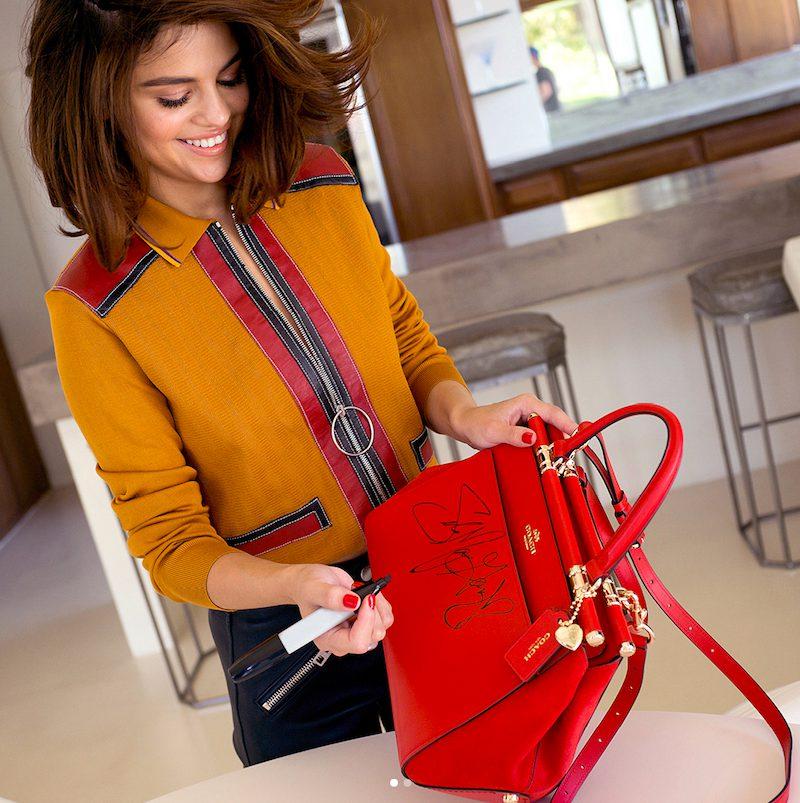 Selena Gomez và thiết kế túi xách trong BST hợp tác cùng Coach ra mắt năm 2016
