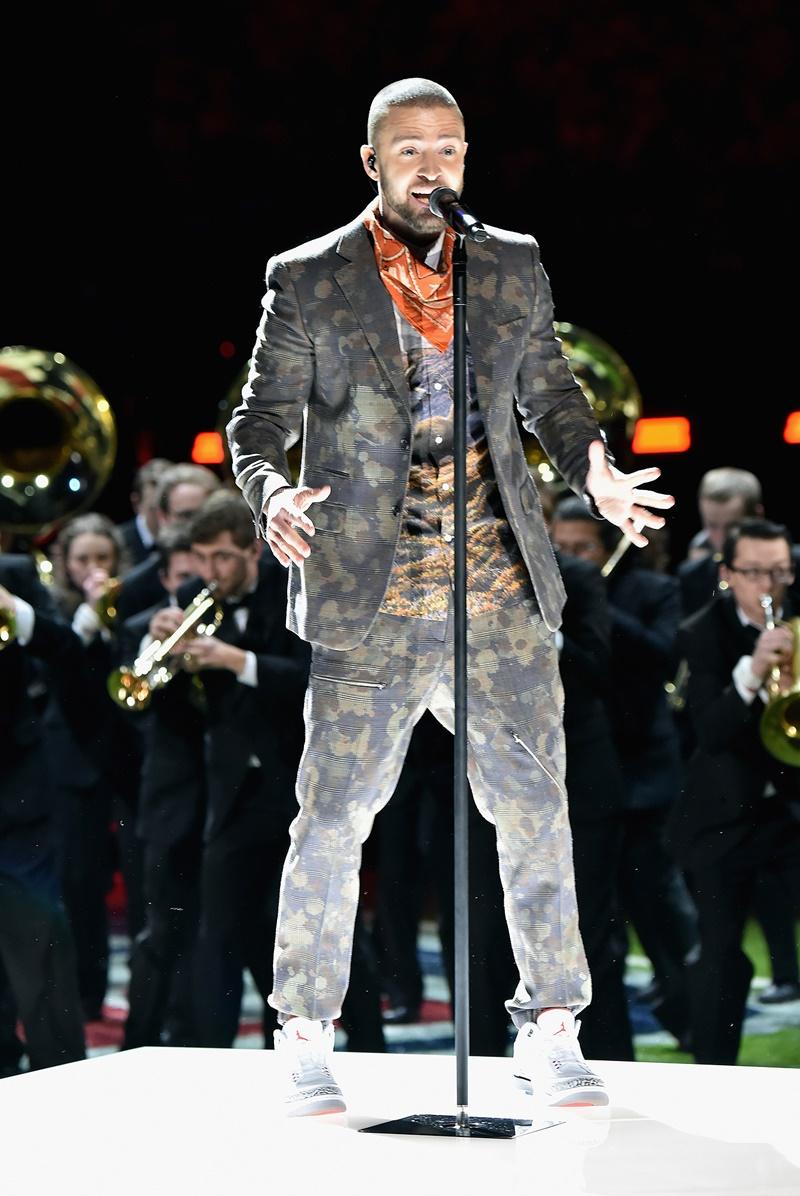 Trong phần thứ hai của màn trình diễn, Justin Timberlake thay áo khoác đồng điệu cùng quần dài với họa tiết kẻ sọc kiểu Wales trên nền họa tiết rằn ri.