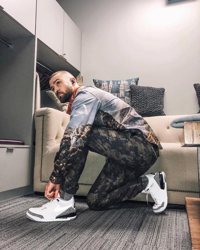 Ngoài ra, Justin Timberlake còn mang đôi giày Air Jordan 3 của Nike.